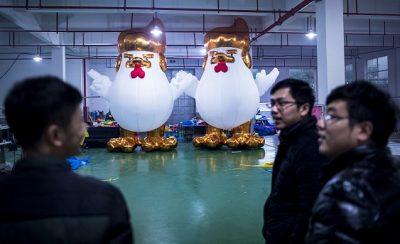 בובות בצורת תרנגול שהוא דונלד טראמפ
