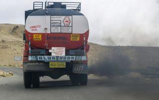 משאית פולטת עשן וזיהום בהודו