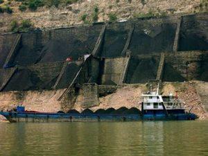 ספינה מביאה פחם לסין