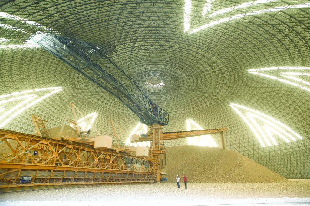 חיפוי במפעל נשר למניעת התפזרות חלקיקים מזהמים לאוויר