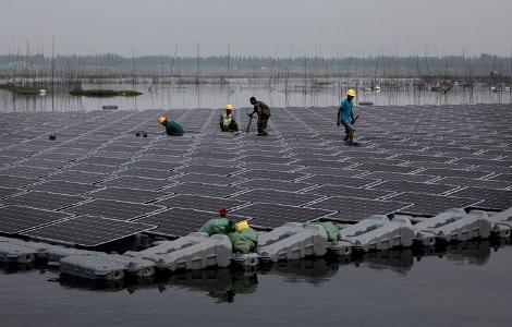 שדה צף של פאנלים סולאריים בסין