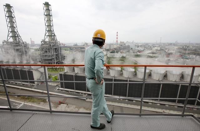 פועל בתחנת כוח המבוססת על ביומסה ביפן