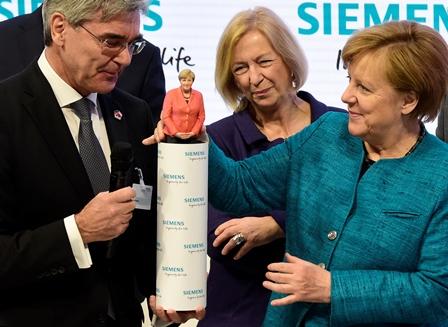 קנצלרית גרמניה אנגלה מרקל מקבלת פסלון בתלת ממד