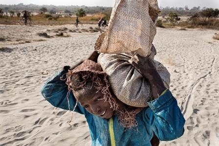 ילד בן 11 נושא שק קובלט בקונגו