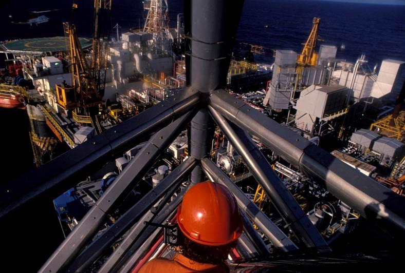פועל במרום מתקן נפט בברזיל