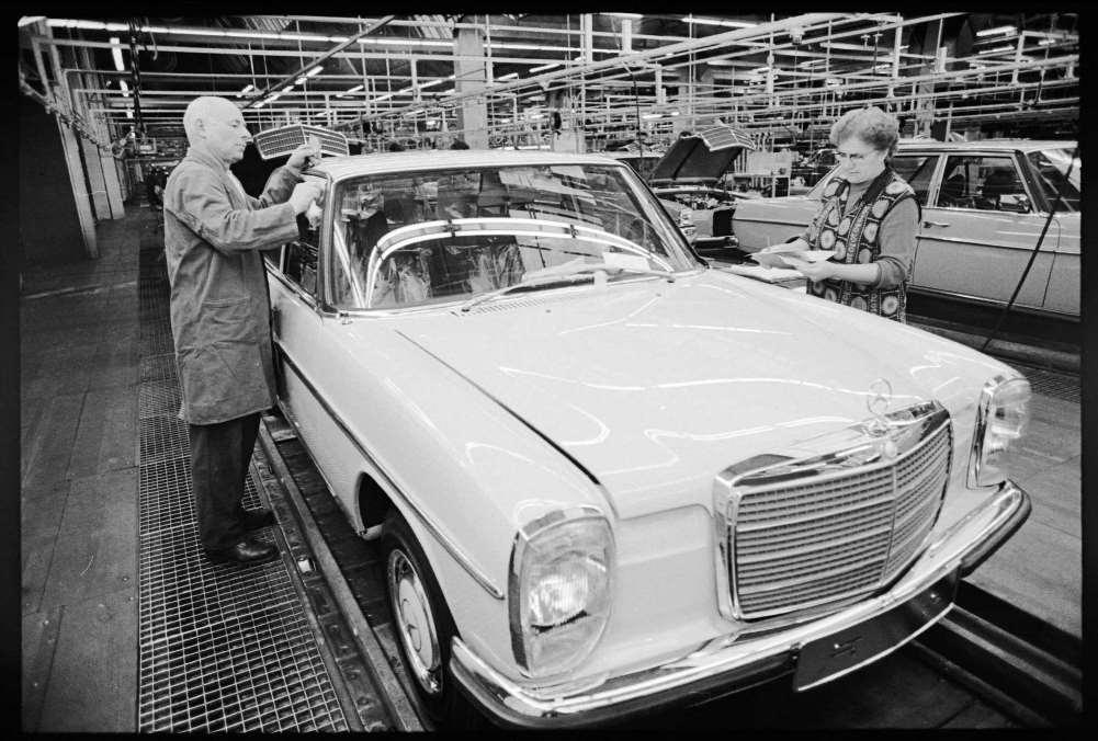פועלת ופועל במפעל של מרצדס 1974