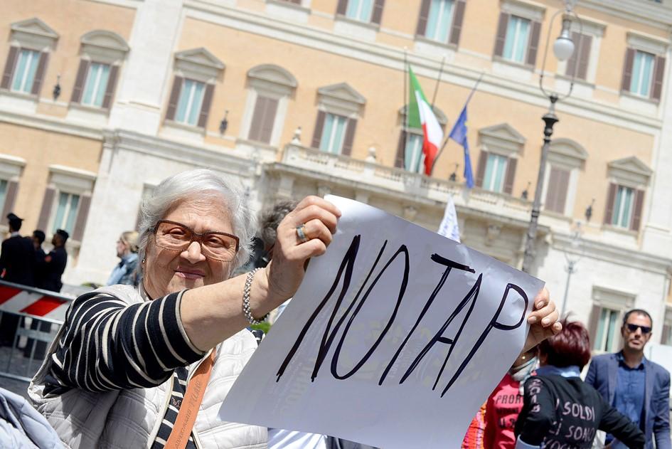 מפגינה נגד צינור TAP באיטליה
