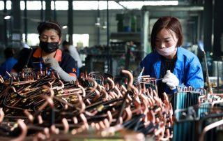 פועלות בסין במפעל להרכבת מזגנים