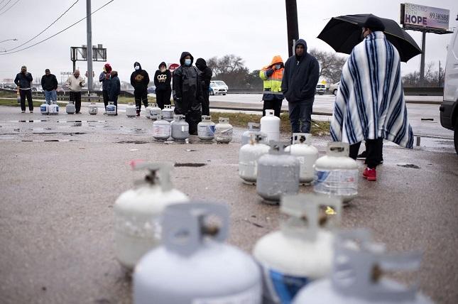 מילוי מכלי גז בטקסס בסופה של פברואר 2021