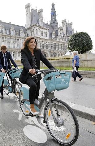 אן הידלגו, ראש העיר פאריז בהשקת מיזם האופניים